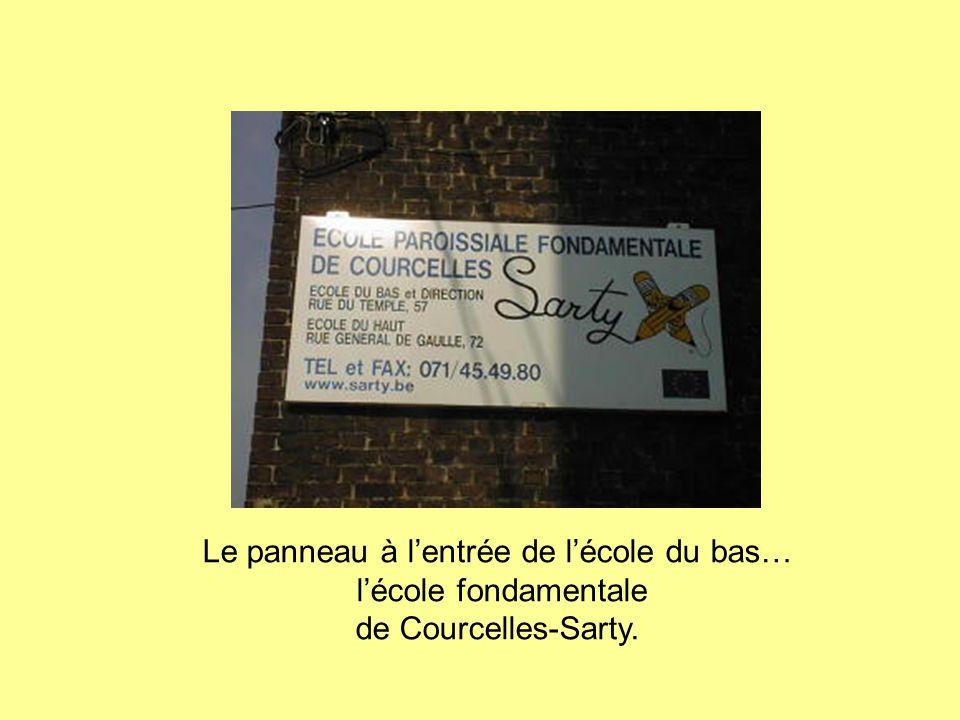 Le panneau à l'entrée de l'école du bas… l'école fondamentale de Courcelles-Sarty.