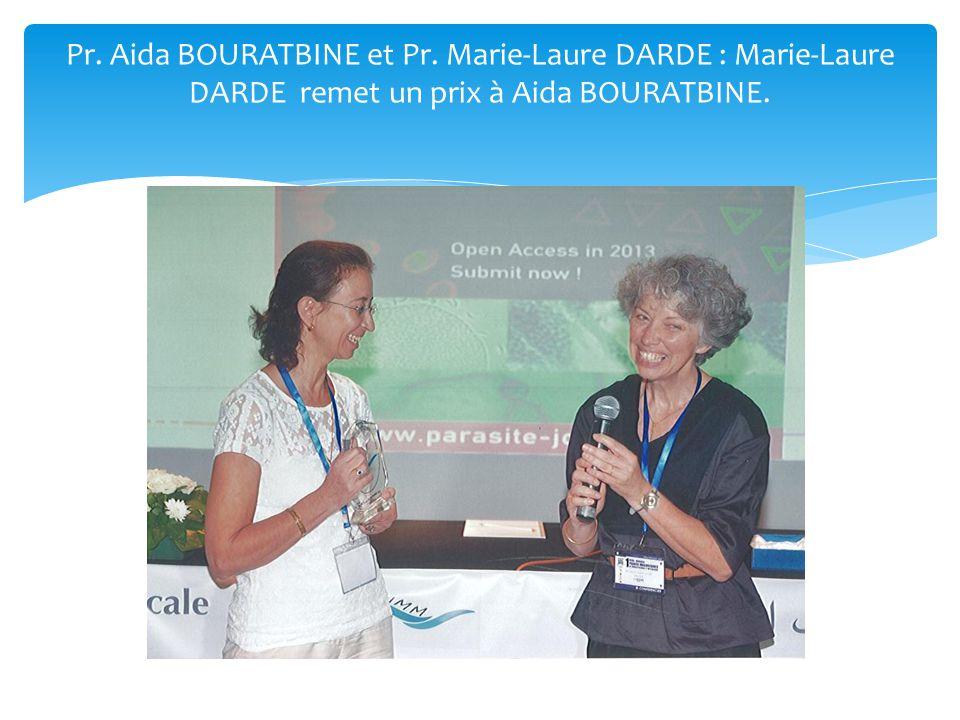 Pr. Aida BOURATBINE et Pr. Marie-Laure DARDE : Marie-Laure DARDE remet un prix à Aida BOURATBINE.