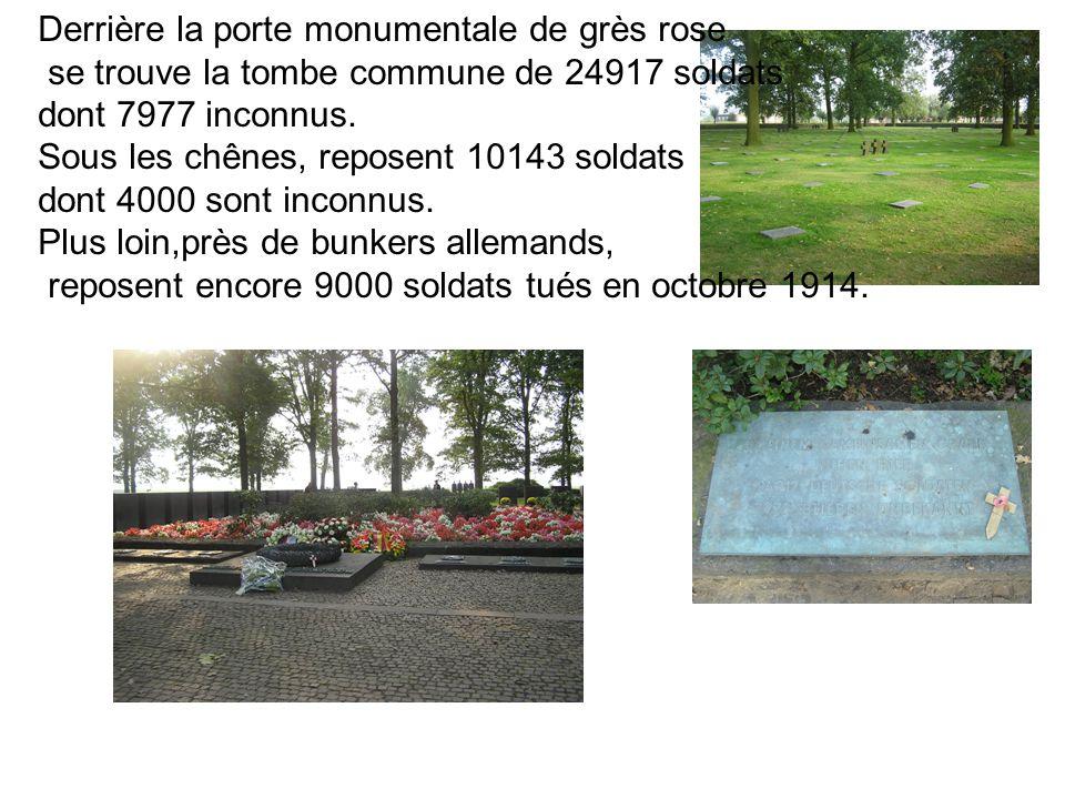 Derrière la porte monumentale de grès rose se trouve la tombe commune de 24917 soldats dont 7977 inconnus.