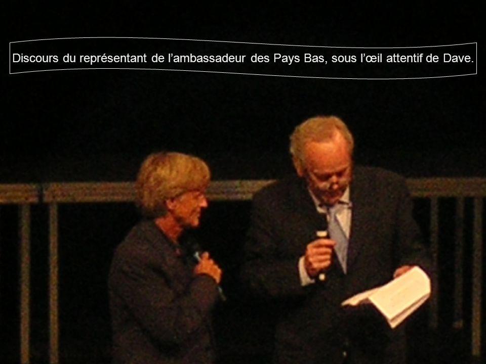 Discours du représentant de l'ambassadeur des Pays Bas, sous l'œil attentif de Dave.