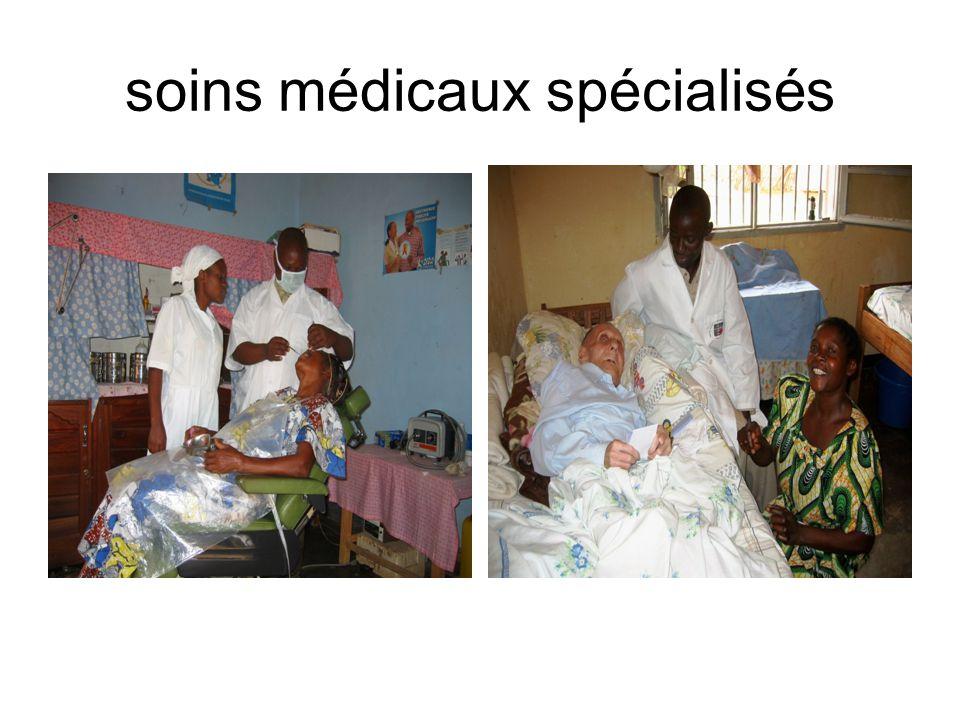 CME Histopathologie Dr Philip Wood chirurgien du CME 1973; Il est le Directeur actuel du CME; Pour le moment, Dr Philip est seul au Nord Est du Congo