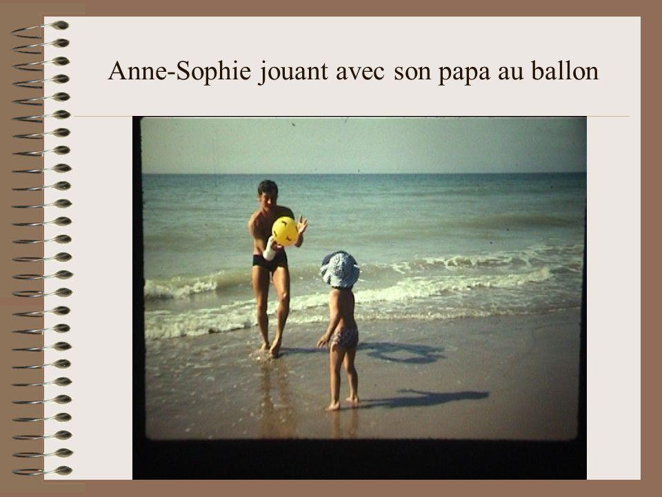 Anne-Sophie jouant avec son papa au ballon