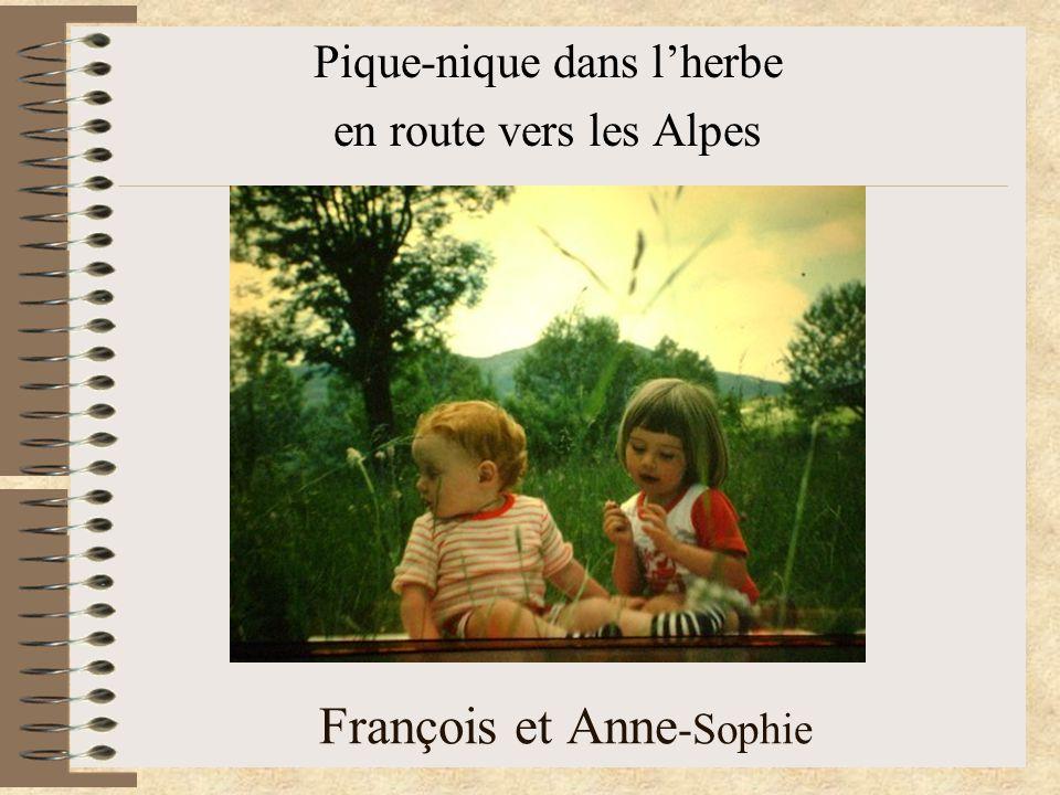 François et Anne -Sophie Pique-nique dans l'herbe en route vers les Alpes