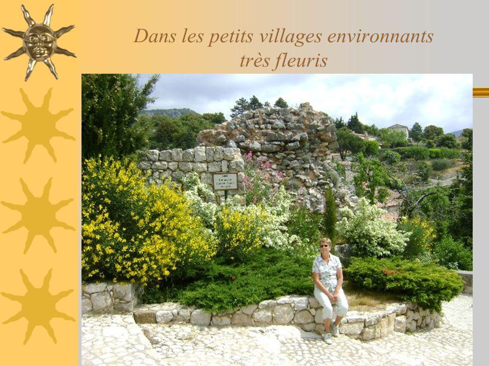 Dans les petits villages environnants très fleuris