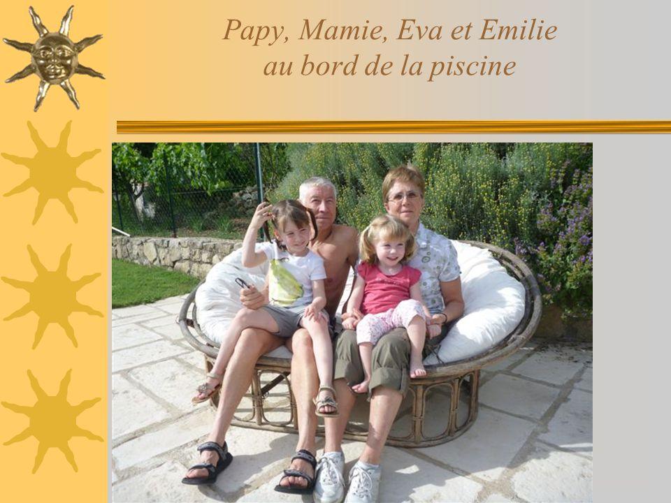 Papy, Mamie, Eva et Emilie au bord de la piscine