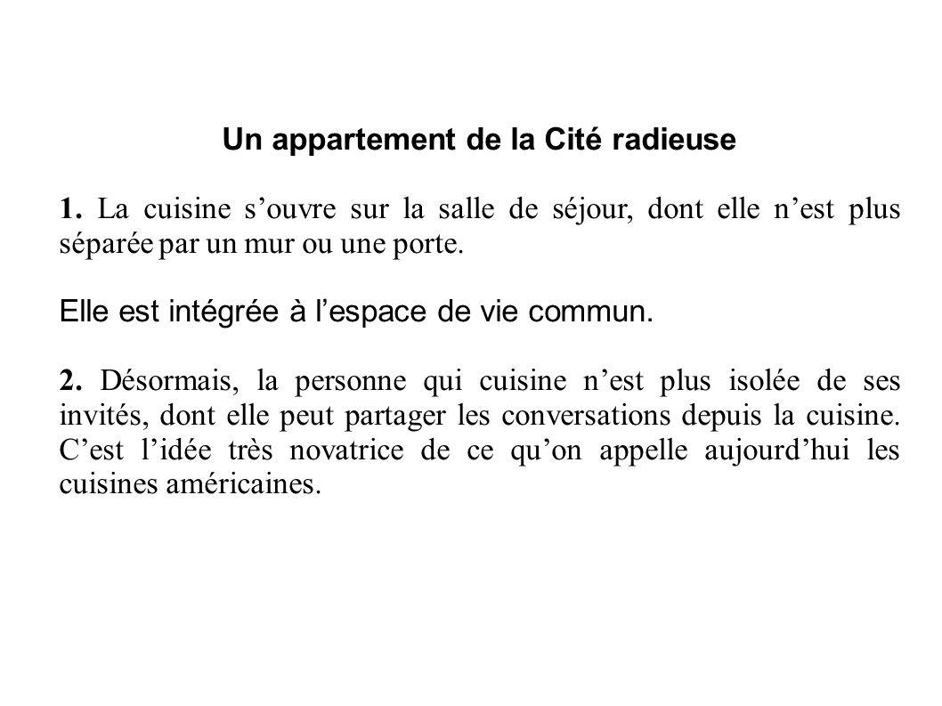 Un appartement de la Cité radieuse 1. La cuisine s'ouvre sur la salle de séjour, dont elle n'est plus séparée par un mur ou une porte. Elle est intégr
