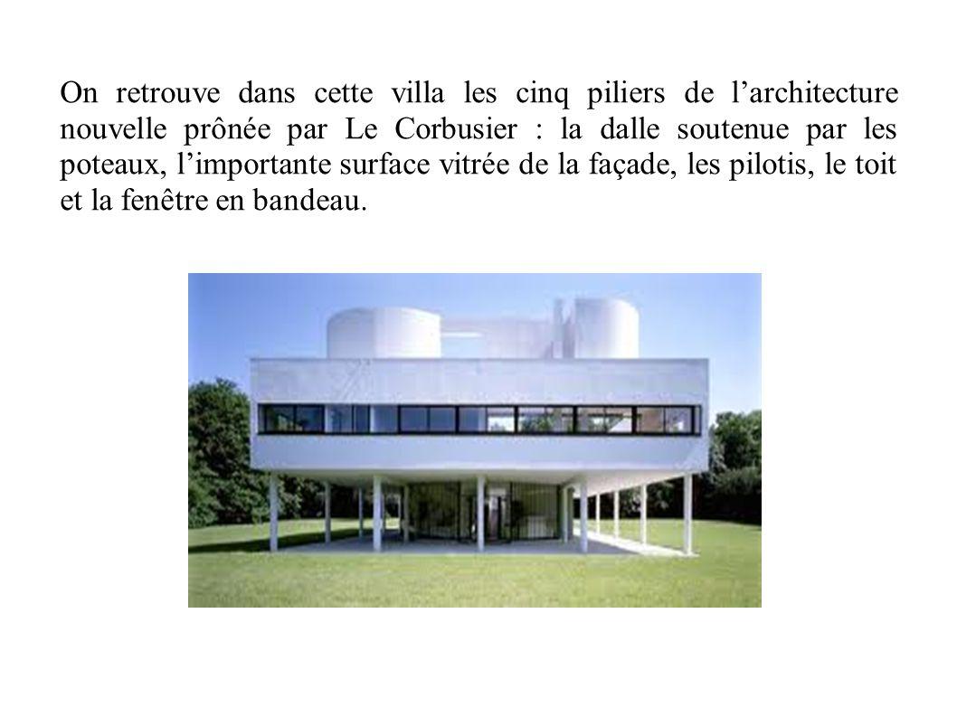 On retrouve dans cette villa les cinq piliers de l'architecture nouvelle prônée par Le Corbusier : la dalle soutenue par les poteaux, l'importante sur