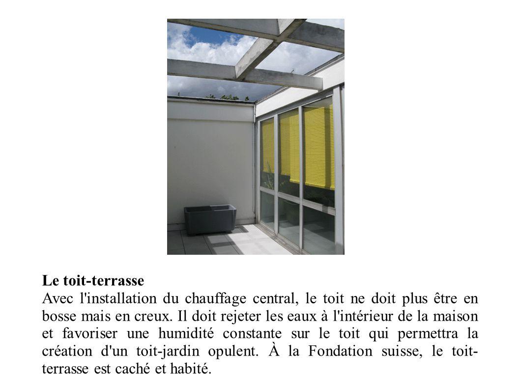 Le toit-terrasse Avec l'installation du chauffage central, le toit ne doit plus être en bosse mais en creux. Il doit rejeter les eaux à l'intérieur de
