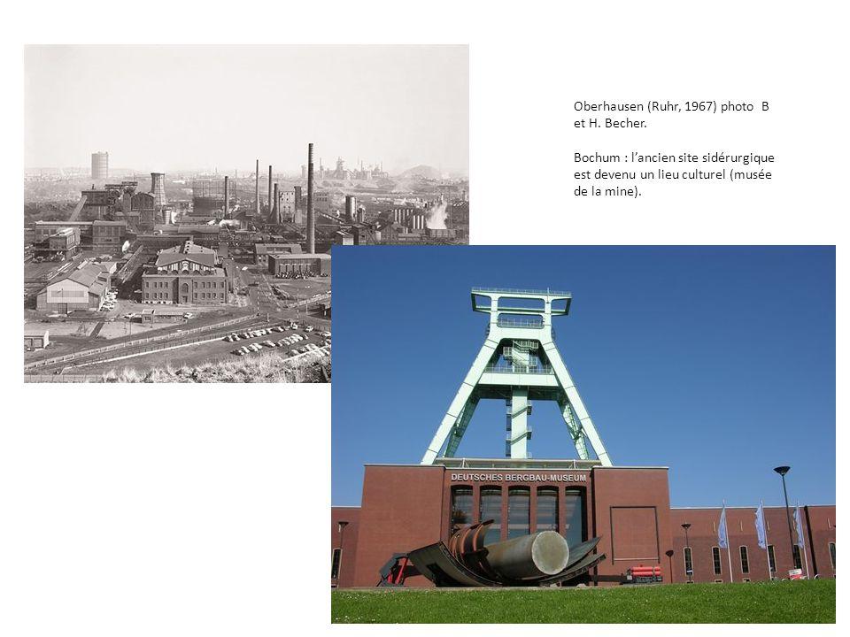 Oberhausen (Ruhr, 1967) photo B et H. Becher. Bochum : l'ancien site sidérurgique est devenu un lieu culturel (musée de la mine).