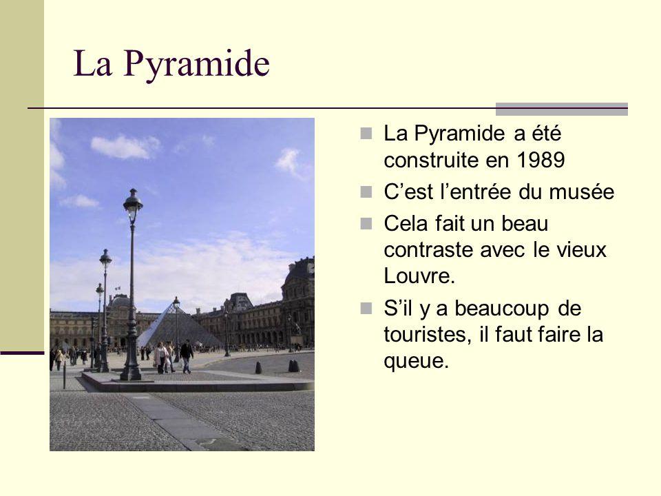 La Pyramide La Pyramide a été construite en 1989 C'est l'entrée du musée Cela fait un beau contraste avec le vieux Louvre. S'il y a beaucoup de touris