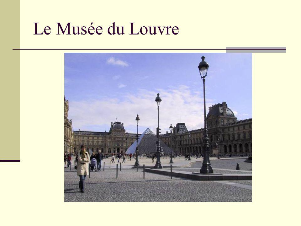 La Pyramide La Pyramide a été construite en 1989 C'est l'entrée du musée Cela fait un beau contraste avec le vieux Louvre.