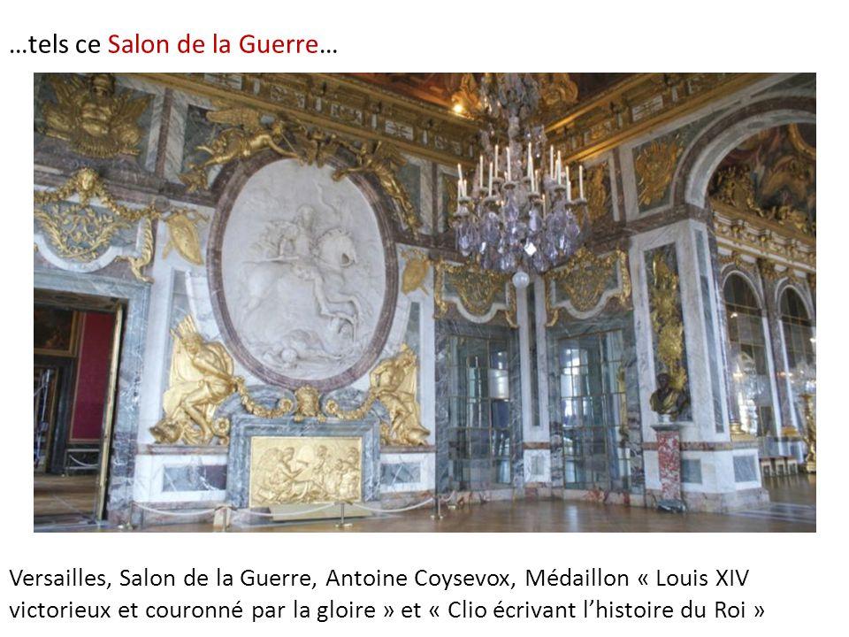 …tels ce Salon de la Guerre… Versailles, Salon de la Guerre, Antoine Coysevox, Médaillon « Louis XIV victorieux et couronné par la gloire » et « Clio écrivant l'histoire du Roi »