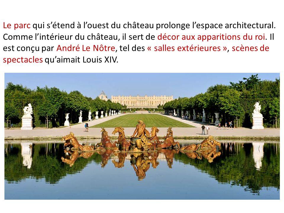 Le parc qui s'étend à l'ouest du château prolonge l'espace architectural.