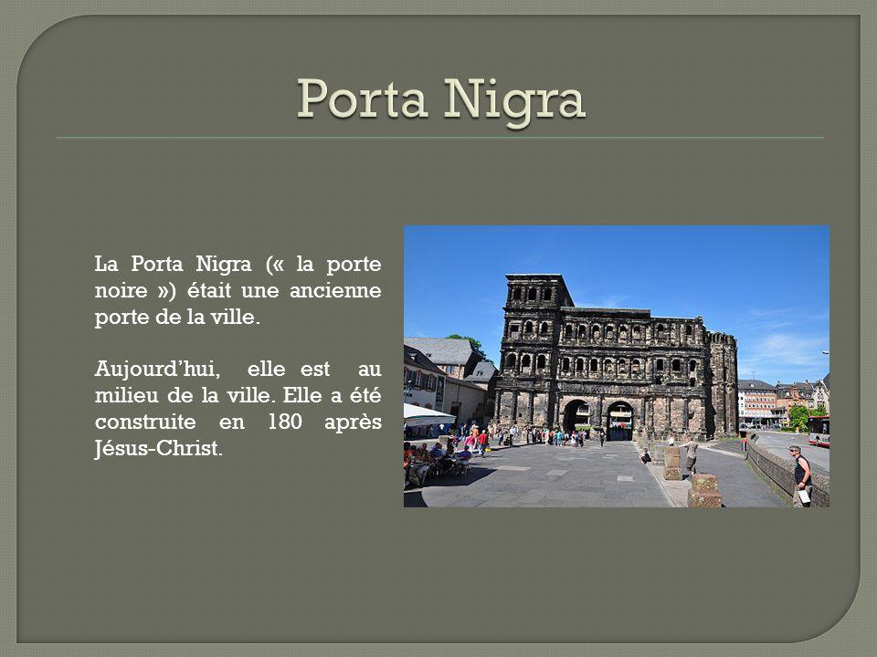 La Porta Nigra (« la porte noire ») était une ancienne porte de la ville. Aujourd'hui, elle est au milieu de la ville. Elle a été construite en 180 ap