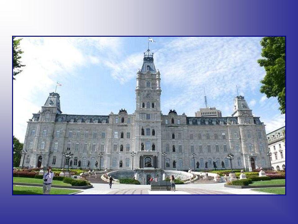 Québec est connu pour son histoire visible, ses nombreux musées et institutions culturelles, dont le Château Frontenac, qui est l'hôtel le plus photog