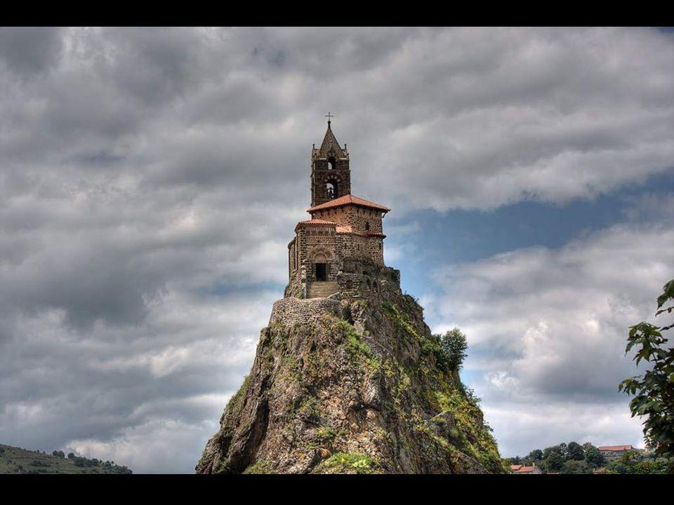 La chapelle de St. Michel La chapelle de Saint-Michel, qui se dresse sur une gracieuse roche accessible par un escalier de 277 marches combine égaleme