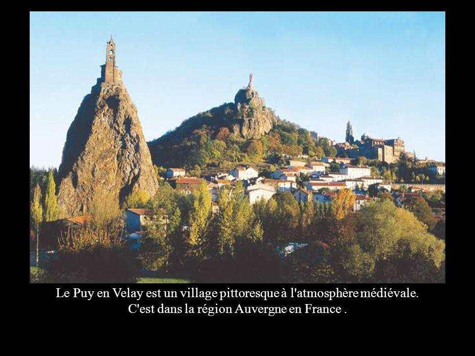 Le Puy en Velay est un village pittoresque à l atmosphère médiévale.