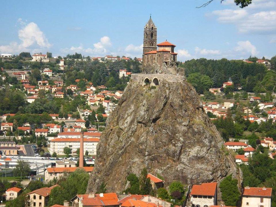 Le Puy en Velay est un village pittoresque à l'atmosphère médiévale. C'est dans la région Auvergne en France. FRANCIA Le Puy en Velay