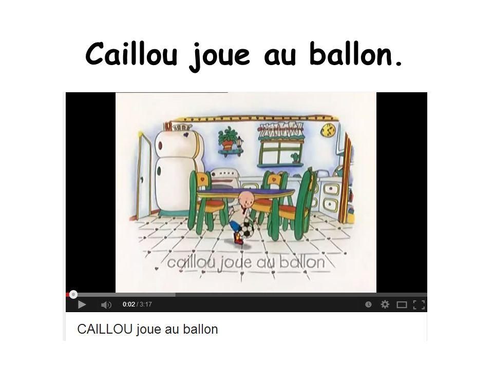 Caillou joue au ballon.