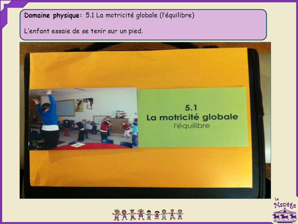 Domaine physique: 5.1 La motricité globale (l'équilibre) L'enfant essaie de se tenir sur un pied.