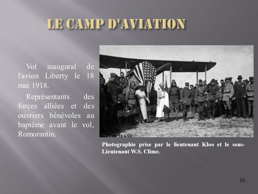 16 Vol inaugural de l'avion Liberty le 18 mai 1918. Représentants des forces alliées et des ouvriers bénévoles au baptême avant le vol, Romorantin. Ph