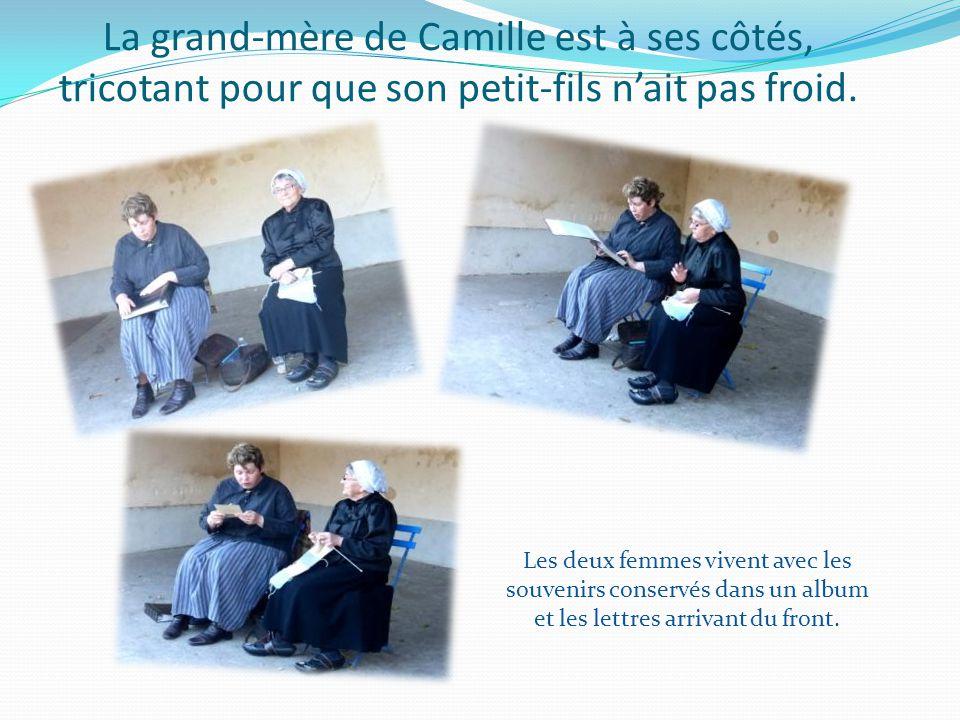 La grand-mère de Camille est à ses côtés, tricotant pour que son petit-fils n'ait pas froid.