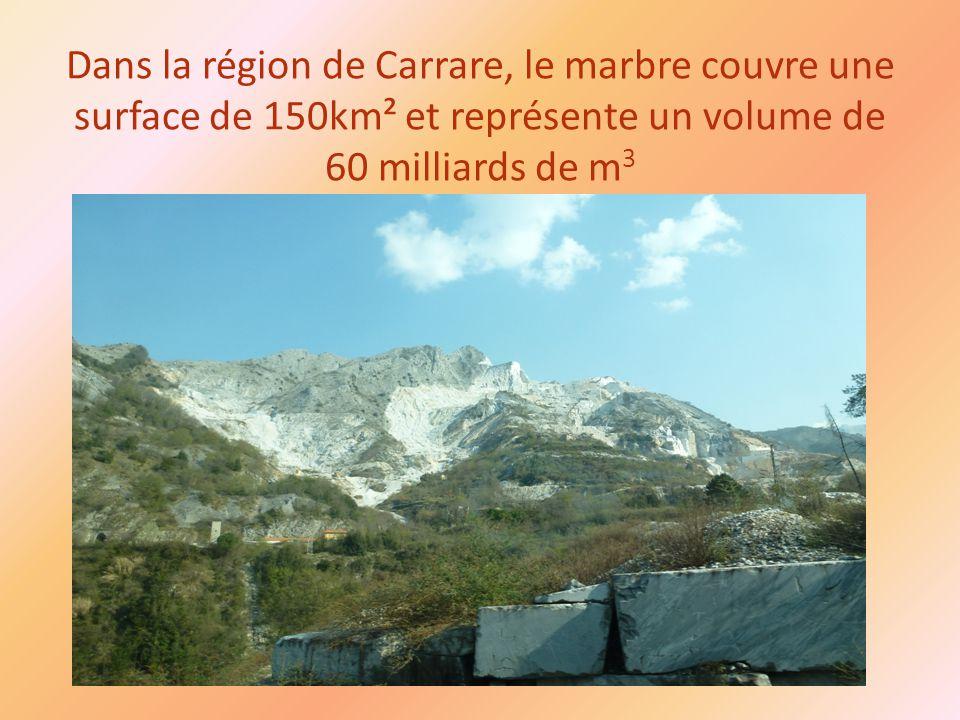 Dans la région de Carrare, le marbre couvre une surface de 150km² et représente un volume de 60 milliards de m 3