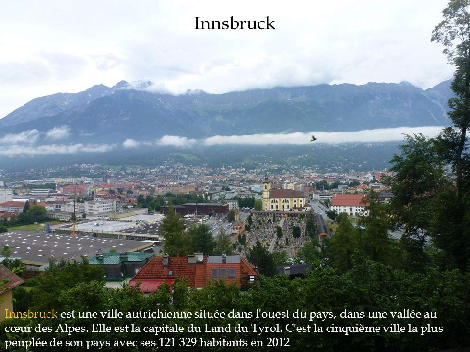 Innsbruck Innsbruck est une ville autrichienne située dans l'ouest du pays, dans une vallée au cœur des Alpes. Elle est la capitale du Land du Tyrol.