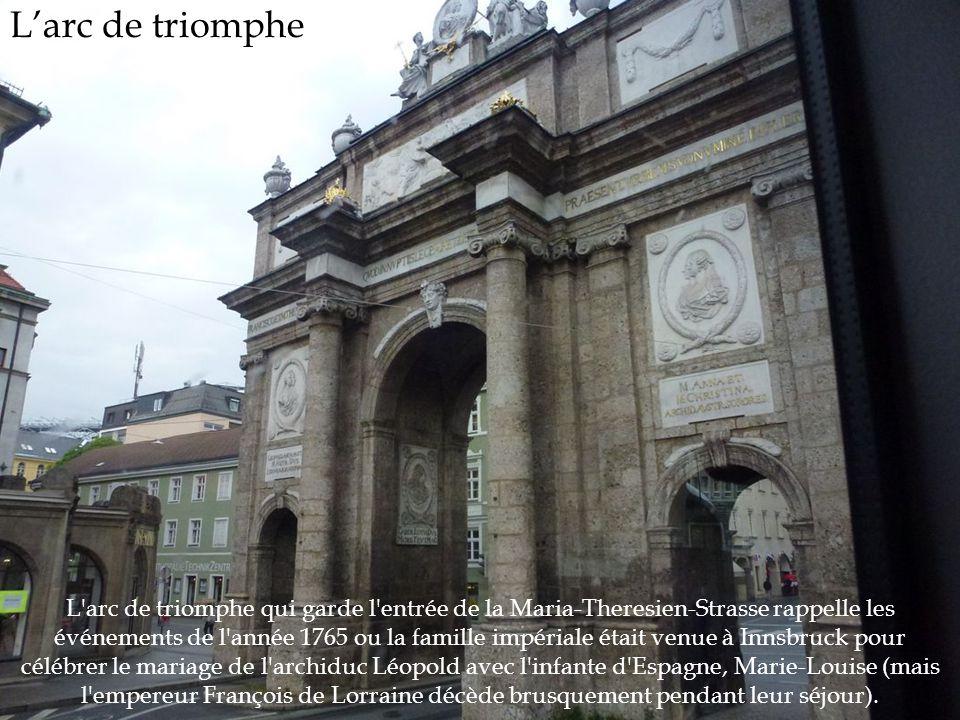 L'arc de triomphe L'arc de triomphe qui garde l'entrée de la Maria-Theresien-Strasse rappelle les événements de l'année 1765 ou la famille impériale é