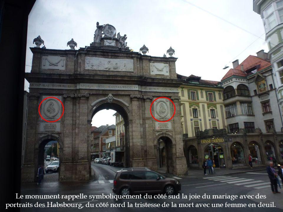 Le monument rappelle symboliquement du côté sud la joie du mariage avec des portraits des Habsbourg, du côté nord la tristesse de la mort avec une fem