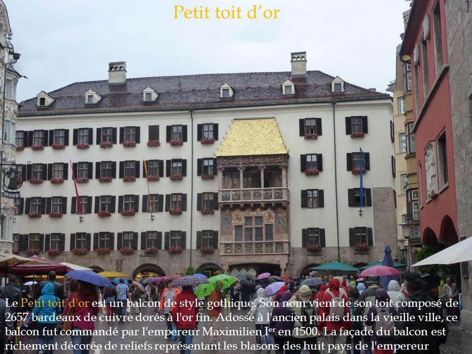 Le Petit toit d'or est un balcon de style gothique. Son nom vient de son toit composé de 2657 bardeaux de cuivre dorés à l'or fin. Adossé à l'ancien p