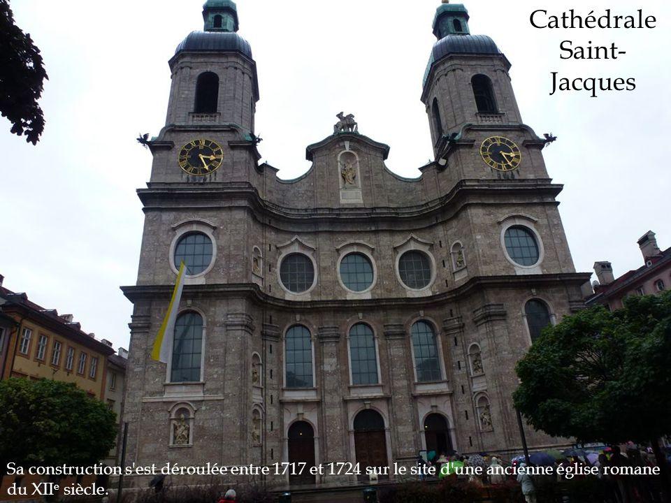Sa construction s'est déroulée entre 1717 et 1724 sur le site d'une ancienne église romane du XII e siècle. Cathédrale Saint- Jacques