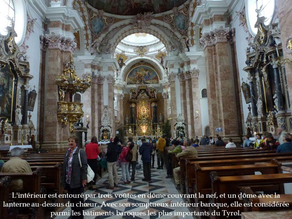 L'intérieur est entouré par trois voûtes en dôme couvrant la nef, et un dôme avec la lanterne au-dessus du chœur. Avec son somptueux intérieur baroque