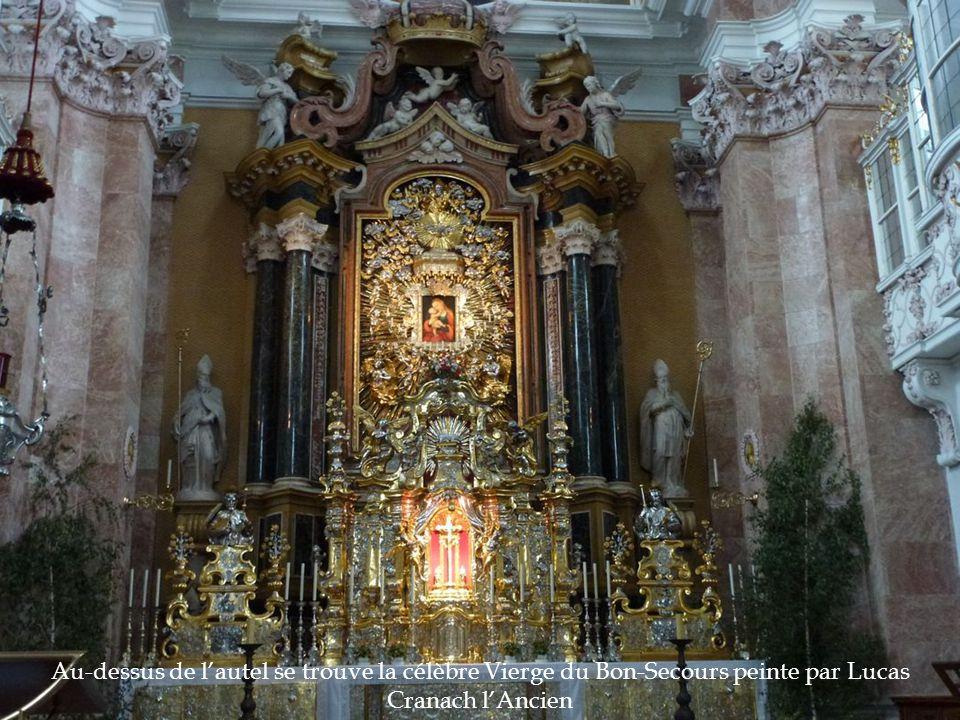 Au-dessus de l'autel se trouve la célèbre Vierge du Bon-Secours peinte par Lucas Cranach l'Ancien