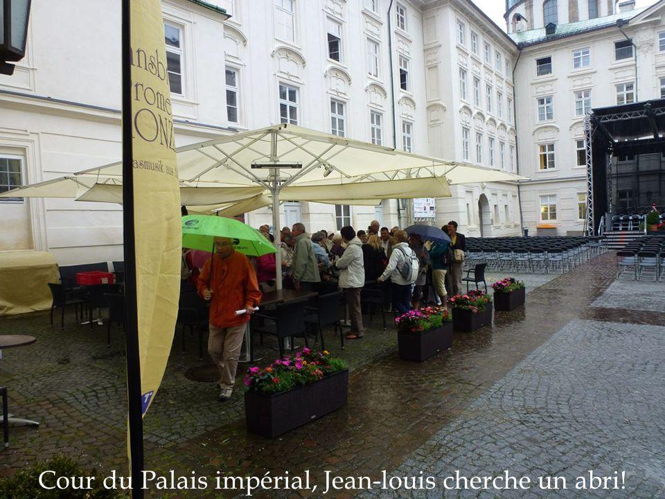 Cour du Palais impérial, Jean-louis cherche un abri!