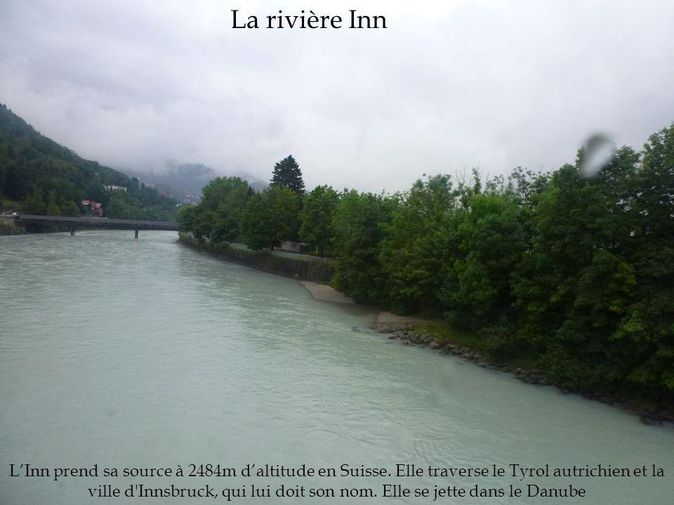 La rivière Inn L'Inn prend sa source à 2484m d'altitude en Suisse. Elle traverse le Tyrol autrichien et la ville d'Innsbruck, qui lui doit son nom. El