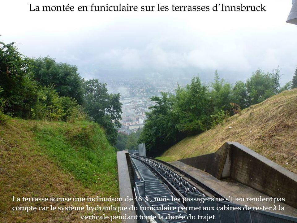 La montée en funiculaire sur les terrasses d'Innsbruck La terrasse accuse une inclinaison de 46 %, mais les passagers ne s''en rendent pas compte car