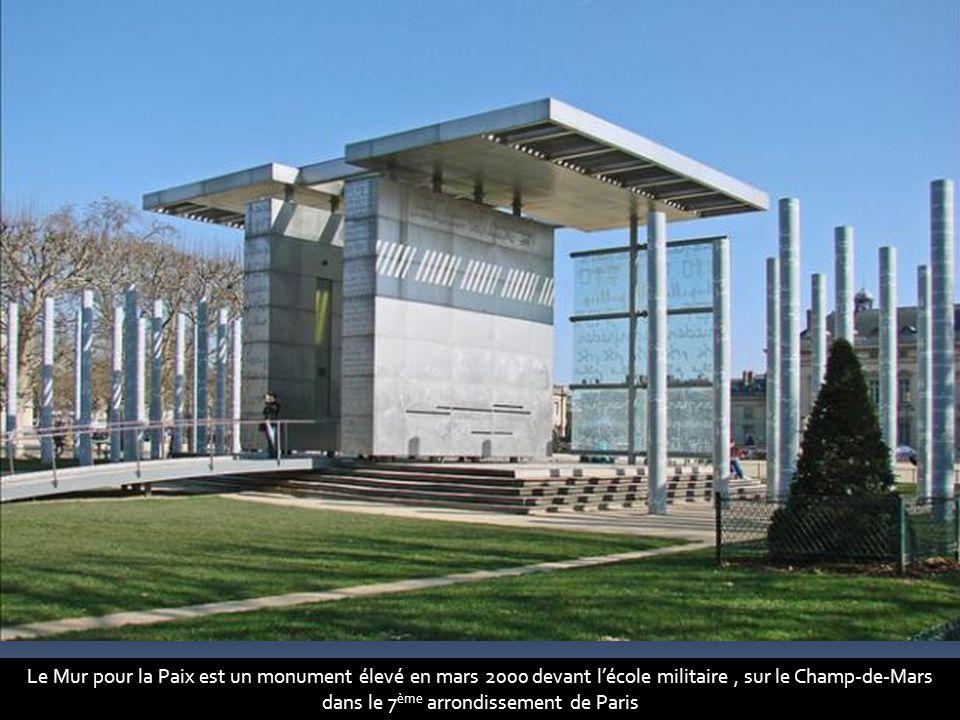 Le Mur pour la Paix est un monument élevé en mars 2000 devant l'école militaire, sur le Champ-de-Mars dans le 7 ème arrondissement de Paris
