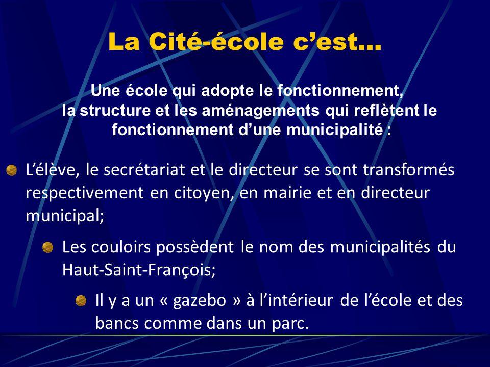 La Cité-école c'est… Une école qui adopte le fonctionnement, la structure et les aménagements qui reflètent le fonctionnement d'une municipalité : L'élève, le secrétariat et le directeur se sont transformés respectivement en citoyen, en mairie et en directeur municipal; Les couloirs possèdent le nom des municipalités du Haut-Saint-François; Il y a un « gazebo » à l'intérieur de l'école et des bancs comme dans un parc.