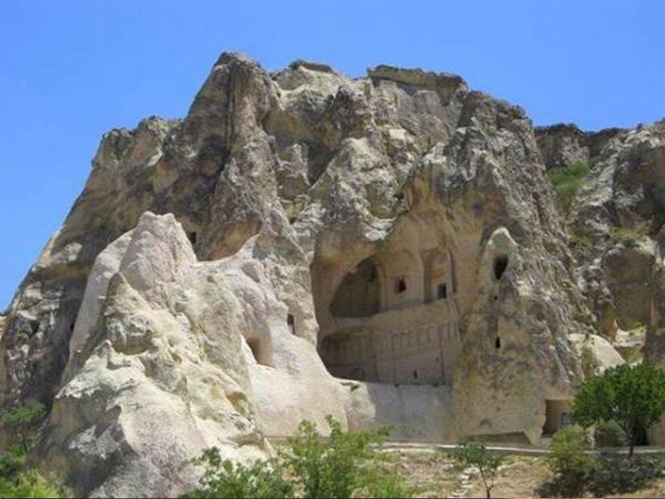Entre le 8˚ et le 12˚ siècle les communautés monastiques byzantaines ont aménagé une multitude de couvents et d'églises rupestres décorés de fresques.