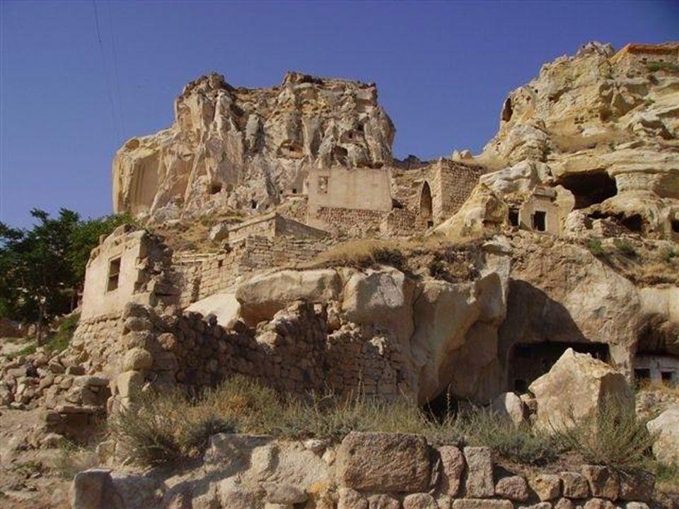 Les souterrains deviennent des refuges suite à des raids arabes.