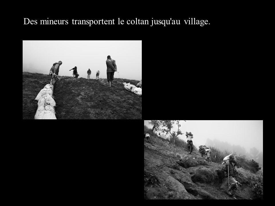 Des mineurs transportent le coltan jusqu'au village.