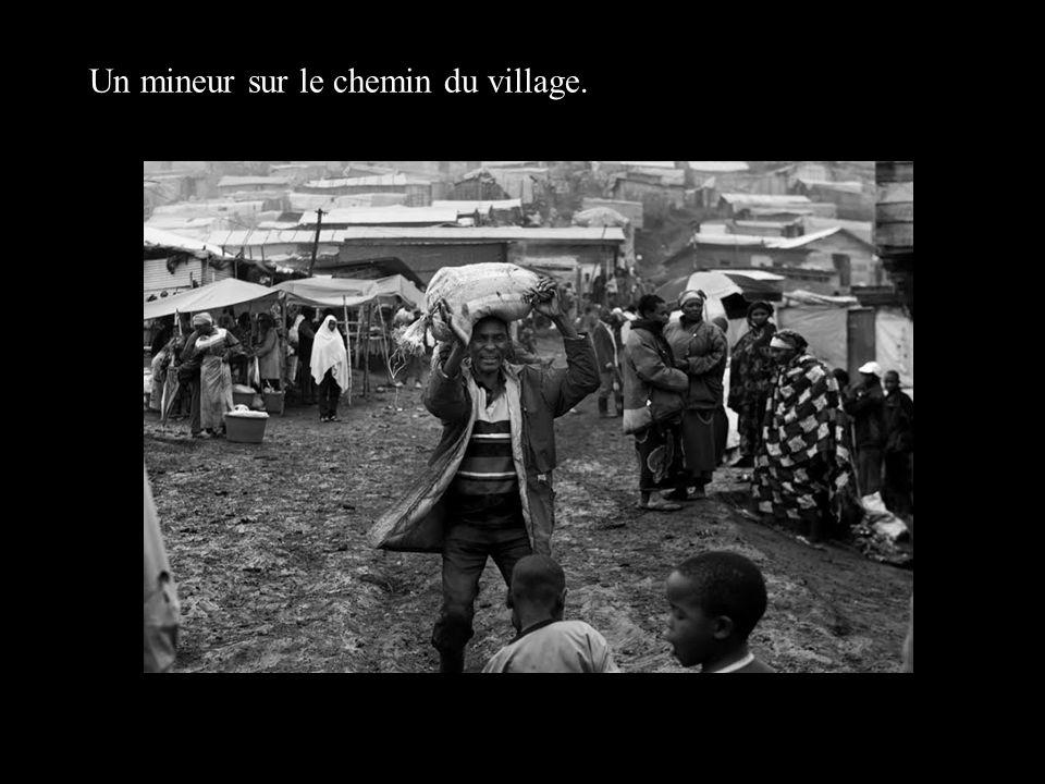 Un mineur sur le chemin du village.