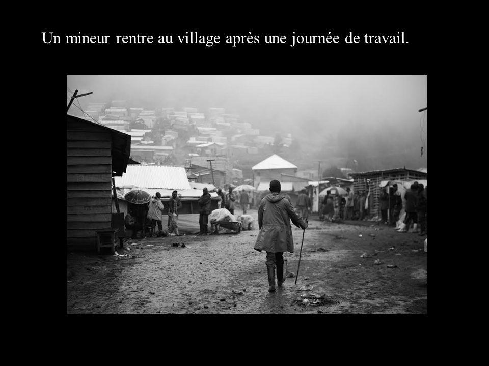Un mineur rentre au village après une journée de travail.