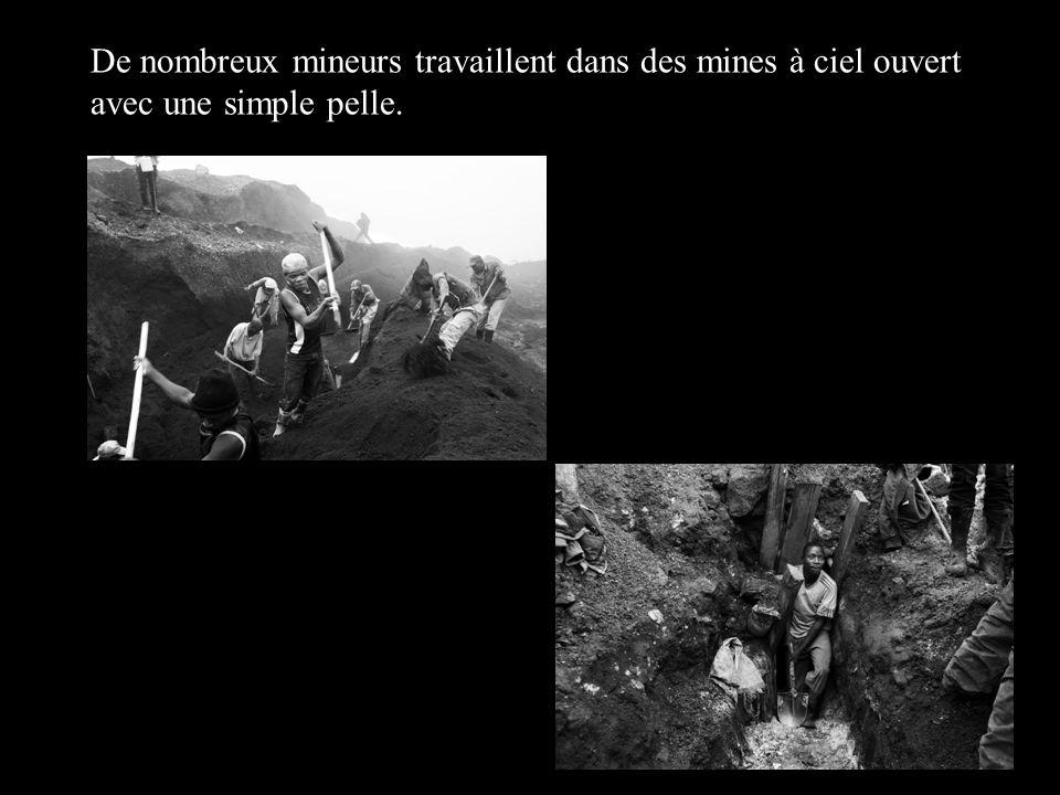 De nombreux mineurs travaillent dans des mines à ciel ouvert avec une simple pelle.