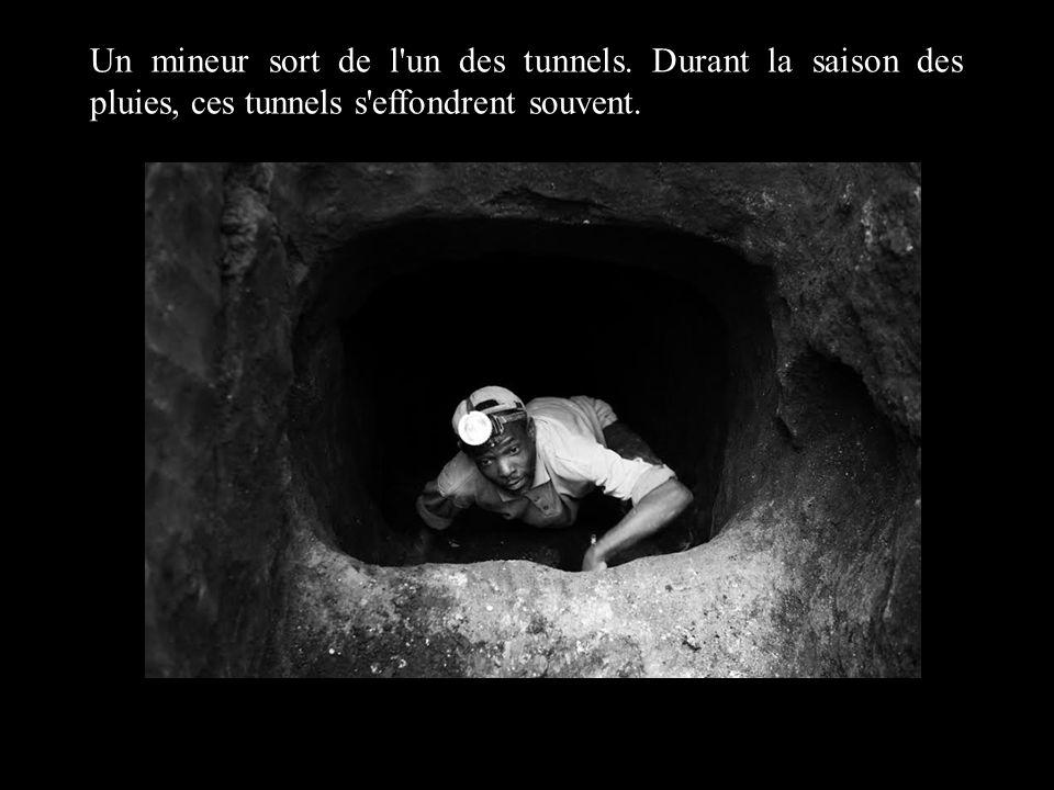 Un mineur sort de l'un des tunnels. Durant la saison des pluies, ces tunnels s'effondrent souvent.