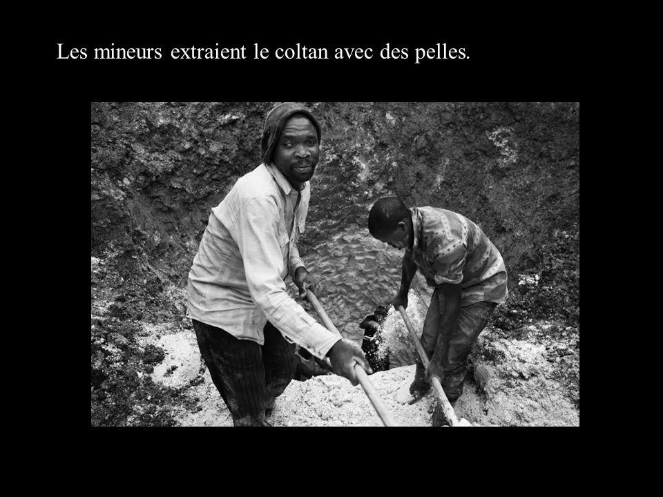 Les mineurs extraient le coltan avec des pelles.
