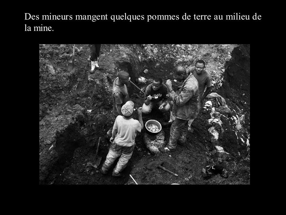 Des mineurs mangent quelques pommes de terre au milieu de la mine.