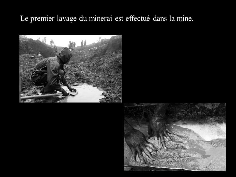 Le premier lavage du minerai est effectué dans la mine.