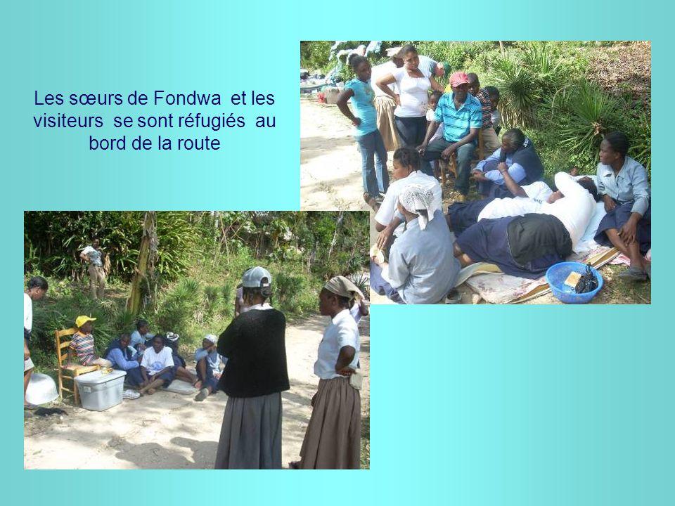 Les sœurs de Fondwa et les visiteurs se sont réfugiés au bord de la route